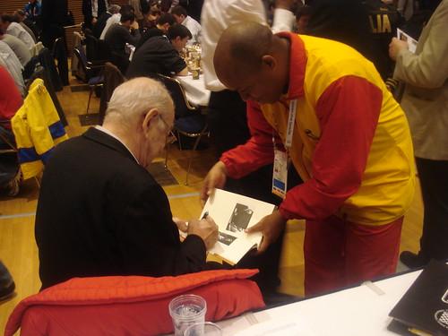 Viktor Korchnoi signant autògrafs...