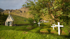Resting in peace (pas le matin) Tags: trees roof white tree green church grass island iceland islandia crosses vert arbres toit arbre glise blanc turf herbe islande croix islanda turfroof turfchurch icelandlandscape terredeglace paysageislande