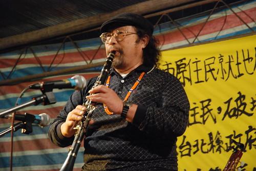 時常穿梭於運動現場的中研院民族所的副研究員邱延亮,也在音樂會中獻出自己的拿手樂器「黑管」。