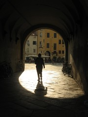 IMG_0090 (bluefootedbooby) Tags: shadow italy italia ombra lucca tuscany toscana arco passaggio piazzaanfiteatro controsole abigfave diamondclassphotographer brillianteyejewel goldstaraward