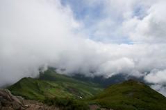 富良野岳山頂から来た道を振り返る