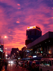 Centro de Via del Mar al Atardecer (TRUZYNA PHOTOGRAPHY) Tags: chile auto street light sunset red sky building rot car del clouds atardecer valparaiso luces mar avenida calle rojo tramonto nuvole afternoon sonnenuntergang shine via cola edificio himmel wolken coke cu cielo blinding nuvens coca bulutlar tarde skyer crepsculo samoiedo crepuscolo moln   mraky  oblaci   ret