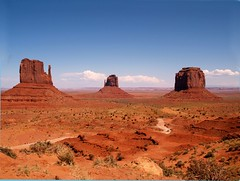 Monument Valley, Arizona, USA (saxonfenken) Tags: arizona usa motif landscape geotagged grandmother explore superhero thumbsup monumentvalley sb 356 e500 bigmomma challengeyouwinner anawesomeshot impressedbeauty aplusphoto a3b theperfectphotographer september2008 friendlychallenges beautifulworldchallenges thechallengefactory fotocompetition fotoc