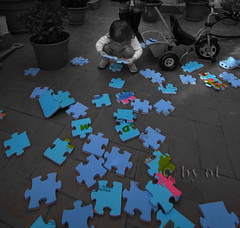PLAYING (6T) Tags: barcelona family blue portrait people blackandwhite bw blancoynegro familia azul portraits cutout noiretblanc retrato bcn nb bn bleu blau barcelone joana retrat 6t cruzadas ltytr2 ltytr1 ltytr3 ltytr4 ltytr5