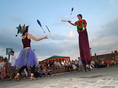 SOS Castelul, Hunedoara (Shadows Art) Tags: street art shadows clown clubs juggling stilts hunedoara castelul massue picioroange catalige