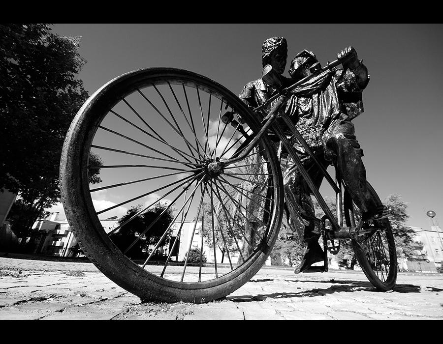 Aprendendo a andar de bicicleta na avenida de Roma