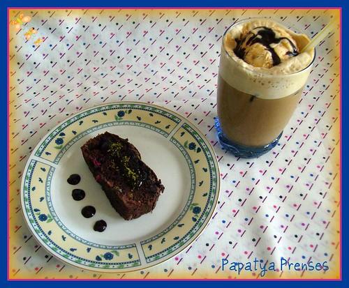 buzlu dondurmalı neskahve ve meyveli kek