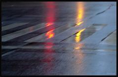 Reflejos en la calzada. Amanecer lluvioso por González-Alba