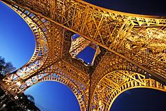 la torreta esa de Paris (Willy Prada) Tags: paris luz metal luces noche industrial torre eiffel nocturna perspectiva abstracto oro lineas angulo contrapicado curvas hierro vrtigo geometra figurativo