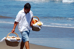 Pan de Huevo... (Lalo Guzmn) Tags: chile people beach persona vendedor playa slowfood lascruces blueribbonwinner mywinners