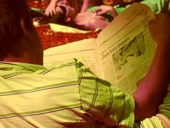Glace tous risques (parfati) Tags: park parque summer woman man art beauty reading newspaper mujer arte femme journal jardin happiness beaut verano felicidad press t lecture parc bonheur hombre prensa belleza homme periodico lectura montsouris presse parcmontsouris