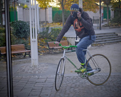 TrackStand SelfPortrait (rohand) Tags: selfportrait reflection green mirror vert reflet onelesscar fixie fixedgear miroir pista trackbike trackstand campagnolo tubulartire boyaux pignonfixe pignonfixecom vlodepiste defranceschi