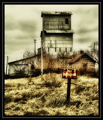 No Trespassing (K2D2vaca) Tags: old railroad sign illinois rust il shack grainelevator oldfashioned notrespassing centralillinois k2d2vaca excapture
