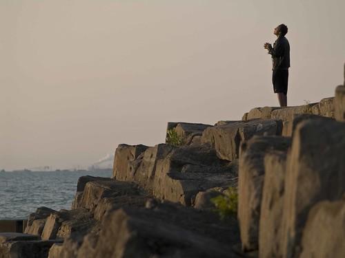 [フリー画像] 人物, 男性, 人と風景, 祈る, 海岸, 200807120700