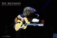 Metheny's Picasso Guitar (Illusiontom) Tags: music festival nikon guitar milano pat jazz arena picasso musica strings nikkor 42 bellezza metheny 70300 civica concentrazione d80 mjf illusiontom