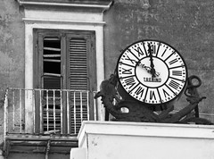 .....dove il tempo si e' fermato.....and where time is running out (maxpiemontese) Tags: italia orologio puglia vieste vecchio balcone 959 gargano persiane foggiaedintorni vestanus sonogarganicoemenevanto trebino