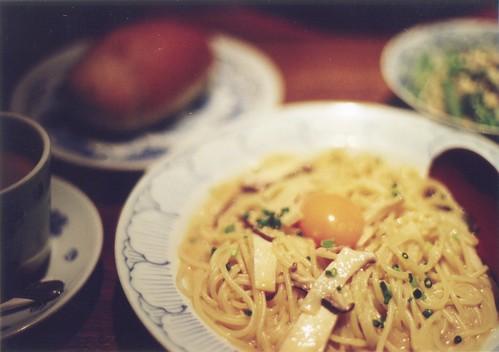 鎌倉パスタ: 鰹出汁で仕上げた和風カルボナーラ