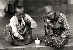 (azzalimatteo) Tags: old ladies smoke donne myanmar sigari fumo vecchie birmania elemosina