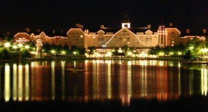 Disney's Hotel New Port bei Nacht