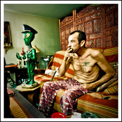 Rves  loyers modrs  Coquito - quelle fentre regarder ? (Stphane Giner) Tags: man france statue tattoo french asian candles alien police social chandelier hardcore casquette toulouse handicap hlm homme stephane banlieue giner cheveux coquito cite dortoir oldschooldigital carrfranais