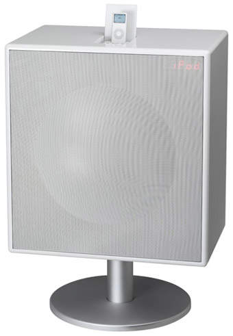 Foto de un Geneva Sound System XL en color blanco, con peana y un iPod Nano de primera generación sobre él.