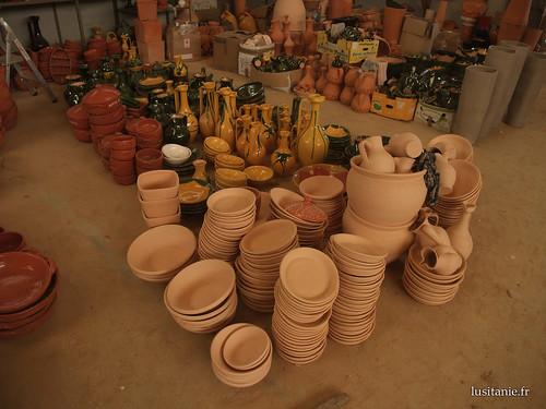 Diferentes tipos de louça utilitária em argila. Nota-se a grande clareza dos objectos em primeiro plano.