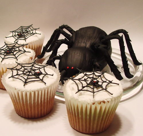 spider cakelet and coordinating cupcakes