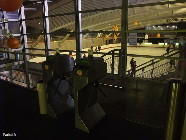 Tourniquets de la patinoire et piscine Pailleron : il faut passer une carte fournie par le guichet pour les activer