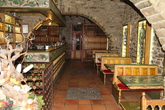 El mismo Restaurante (Ainsa ) (kirru11) Tags: espaa huesca restaurante pueblo barra ainsa arco vidrieras mesas sillas piedra cristaleras espain