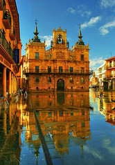 Despus de la tormenta, siempre sale el sol. / After the storm the sun always shines. (OMA photo) Tags: light espaa luz reflections spain reflejos ayuntamiento astorga castillaylen