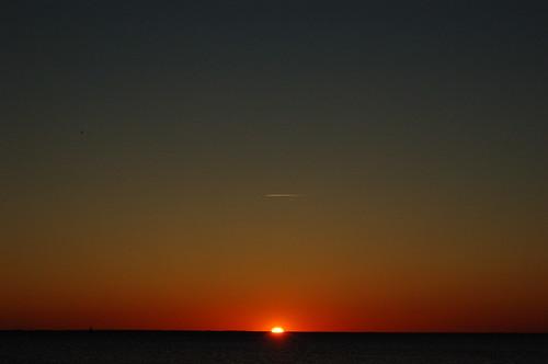 水平線、夕焼け、飛行機雲