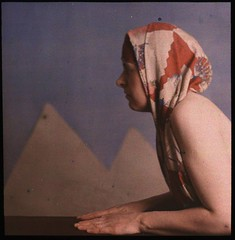 Woman posed as sphinx (George Eastman House) Tags: woman sphinx scarf naked table skin egypt nackt pyramids tisch kopftuch georgeeastmanhouse pyramiden enprofil autochrome williamsimon photo:process=colorplatescreenautochromeprocess color:rgb_avg=654c4c commons:collection=egyptology drwsimon drwilliamsimon geh:accession=198300630002
