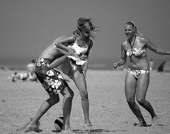 High Energy (Hans van Reenen) Tags: summer bw beach strand fav50 joy nederland thenetherlands beachlife ouddorp 20080730