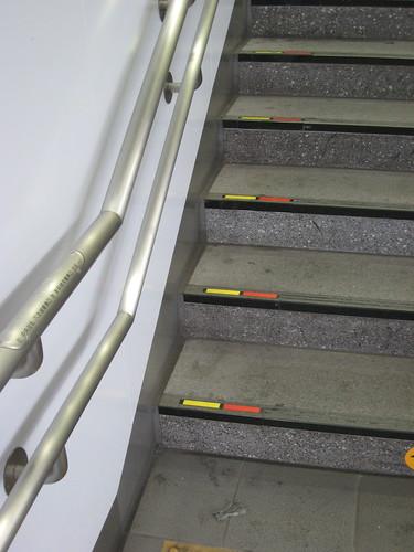 Les marches de l'escalier avec des marques de couleurs