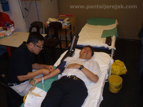 YB Sim Tze Tzin donating blood