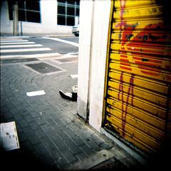 cotidiano (gleicebueno) Tags: street holga superia tenis rua abandono
