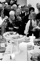 Let there be cake (Hermann Sabado) Tags: wedding bw cake nikon crowd 50mmf18d bryllup 50mmf18 underskogno d80 af5018d innset bildekritikk cakefrenzy