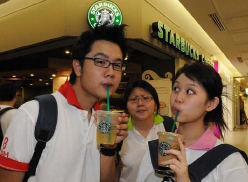 Nokia N82 Wireless Adventure II - Smashpop, Suanie, Pinkpau in front of Starbucks