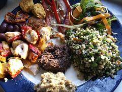 Kyllingegrillspyd, oliven, tomater, thaifiskefrikadeller, grillet peberfrugt med ansjoser, salat, tabbouleh, oliventapenade og auberginecreme