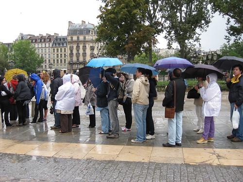 ... pour entrer dans la cathédrale Notre Dame de Paris.