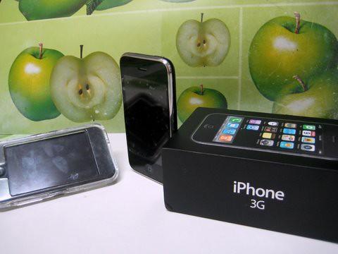 אייפון 2 ואייפוד טאץ' (צילום: ניב קלדרון)