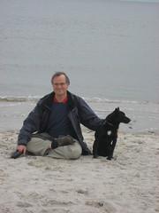 Ricky und Sukadev meditieren an der Nordsee