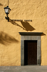 Espiritu Santo (Katka S.) Tags: door plaza old city las shadow sea espaa orange lamp sign architecture de islands spain erasmus capital ciudad canarias atlantic gran canary 2008 islas canaria danto palmas espiritu llp aplusphoto fotocompetition fotocompetitionbronze