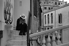 (Angela Loporchio) Tags: street venice blackandwhite bw italy relax reading book blackwhite italia streetphotography libro bn uomo venezia bianconero leggere toread angelaloporchio waterphotography fotografiadistrada fotodistrada sipudirediveneziafotografiadistrada viaggiodinozzeconimieiamori