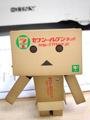 ねえねえ、まだ? ([puamelia]) Tags: toy office figure seveneleven yotsuba revoltech danboard optioa40