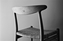 Chair by Hans J Wegner (hans.soderstrom) Tags: blackandwhite film 50mm chair chairs iso400 summicron leicam6 wegner bw400cn leicasummicron50mmf20v hansjwegner leicamsystem