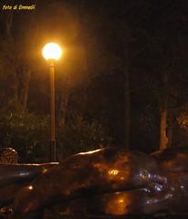 della serie UN FUORI PORTA D'ARTE 1 (Maria Grazia Marrulli) Tags: dellaserieunfuoriportadarte incittà fontana fountain fuente dettaglio detail fragment putto arte scultura bronzo lampione notturno night nuit canonpowershota85 fontanalunga liston abanoterme padova veneto italia vacanza vacation vacances devacaciones viaggio travel vojage viaje