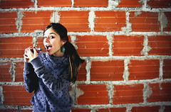 Another Kit Kat in the Wall (Pankcho) Tags: portrait woman girl wall pared sweater mujer break chica chocolate retrato venezuela bricks caracas chick dots kitkat ladrillos serie puntos chocopose