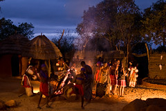 Shangana village (sausyn) Tags: night 35mm southafrica fire dance village danza tribal hut nikkor 35 fuoco ballo fal notturno kraal sudafrica villaggio tribale capanne shangana