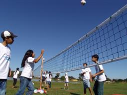 Participantes da caravana do esporte vivenciando o voleibol